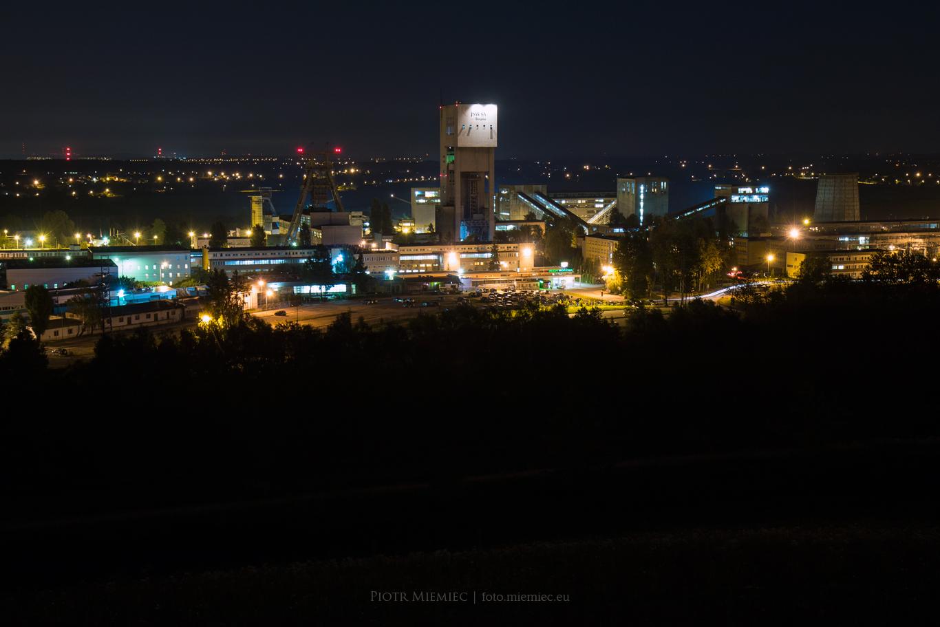 Widok kopalni późnym wieczorem