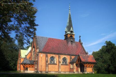 Kościół w świerklanieckim parku