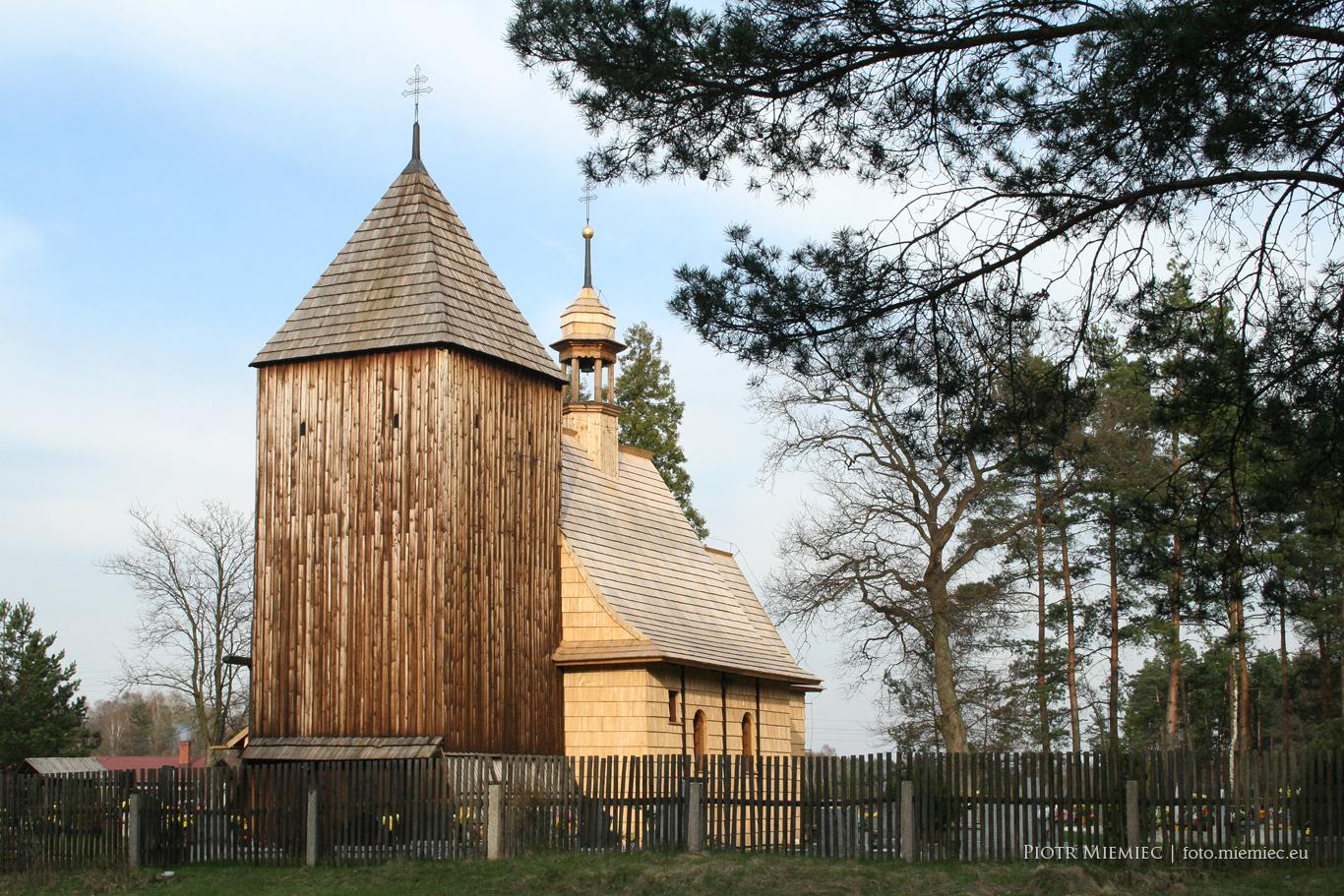 Drewniany kościół w Bruśku – kwiecień 2010
