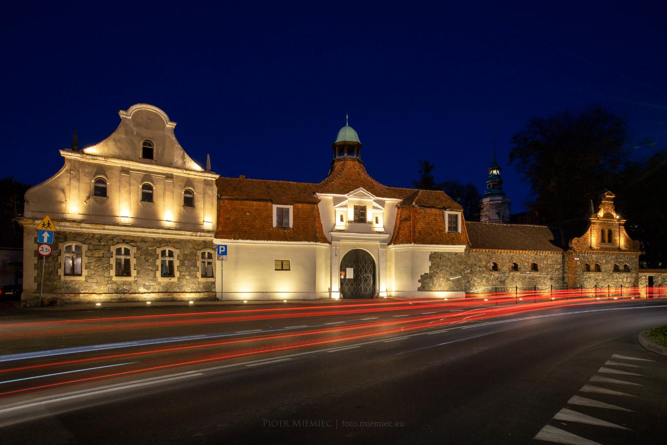 Oświetlona brama zamku w Niemodlinie