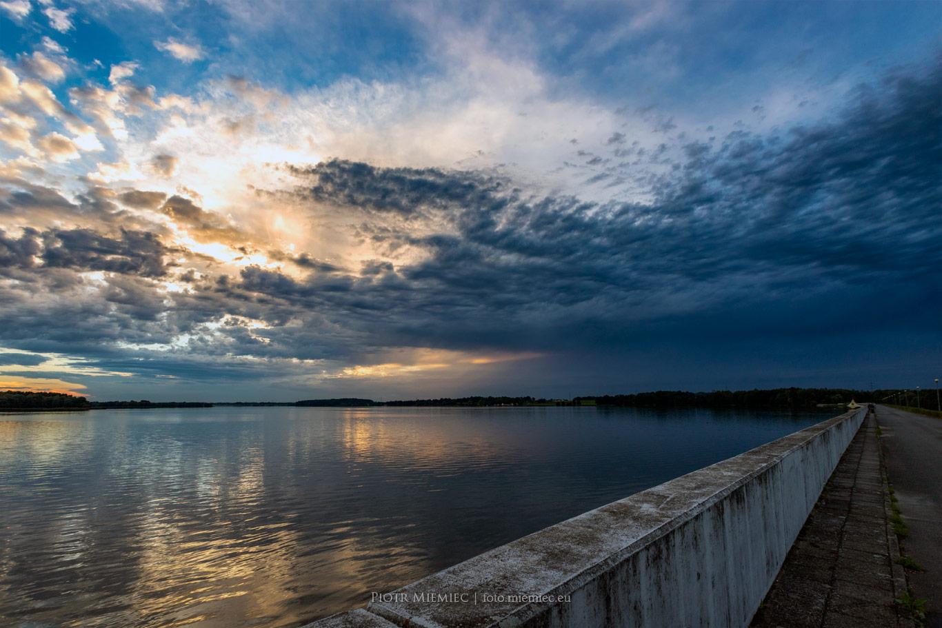 Tama na jeziorze Łąka