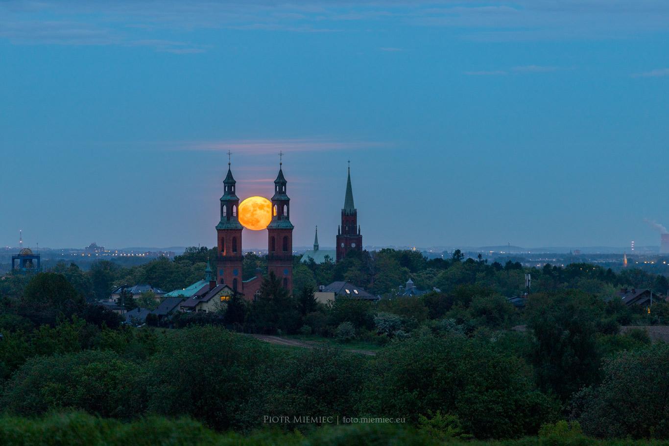 Wschód księżyca nad bazyliką w Piekarach Śląskich